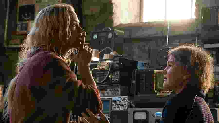 """Emily Blunt e a novata Millicent Simmonds em cena de """"Um Lugar Silencioso"""" - Reprodução"""