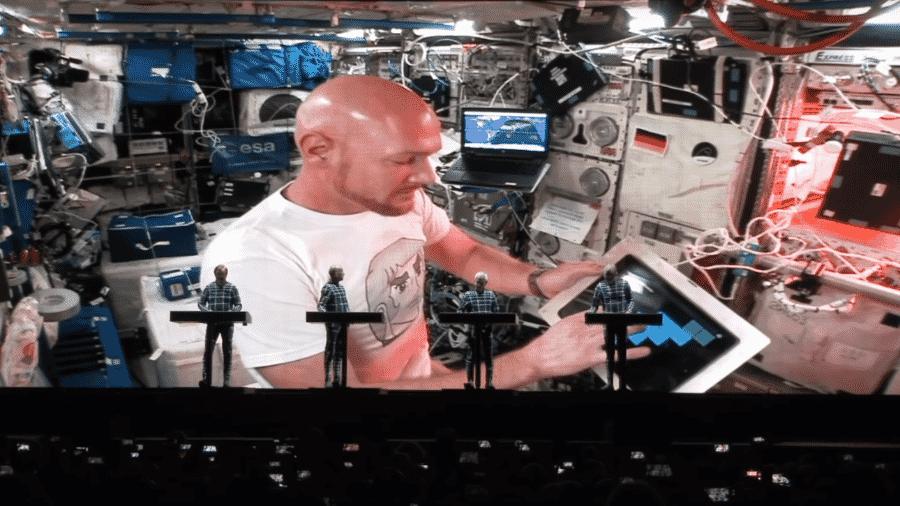 Kraftwerk toca com astronauta - Reprodução/Youtube