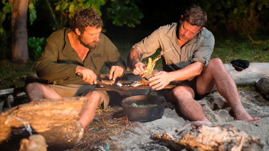 """""""Menu Selvagem"""", do canal Discovery, tem o chef renomado Matt Tebbutt (à dir.) e o caçador Josh James - Divulgação/ Discovery"""