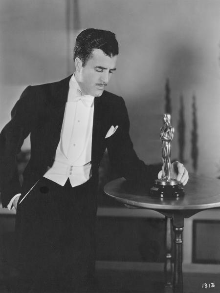 Cedric Gibbons com a estatueta do Oscar, que ele criou - Reprodução