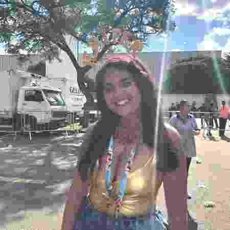 Lucila Ribeiro foi ao bloco de Gabriel Diniz, no Anhembi, com tiara escrito Jenifer - Guilherme Machado/UOL - Guilherme Machado/UOL