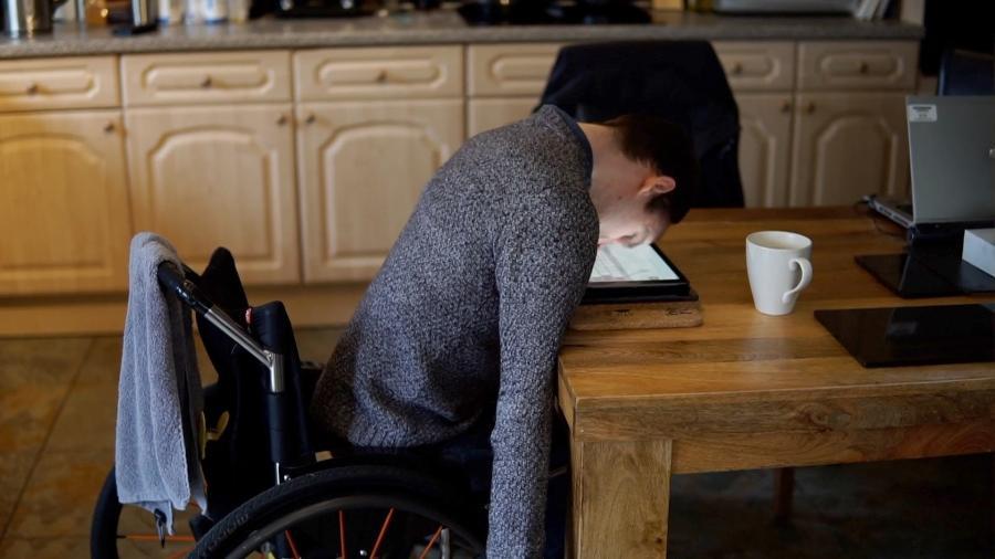 Jornalista com paralisia cerebral escreve autobiografia usando o próprio nariz - BBC