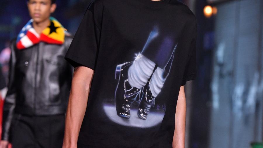 Modelo desfila uma das peças que fazia referência a Michael Jackson na coleção da Louis Vuitton na Semana de Moda Masculina - Getty Images