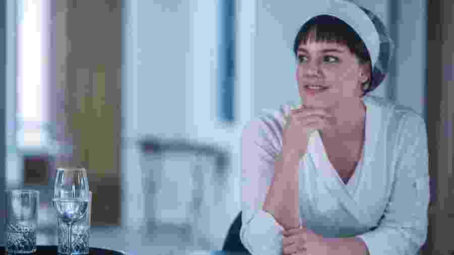 Dalila (Alice Wegmann) consegue emprego de garçonete e tenta envenenar Laila (Julia Dalávia) em Órfãos da Terra - Raquel Cunha/Globo
