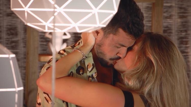 Lipe e Vitória, ex do Gui Araujo, se beijam no De Férias com o Ex Brasil: Celebs - Divulgação/MTV Brasil
