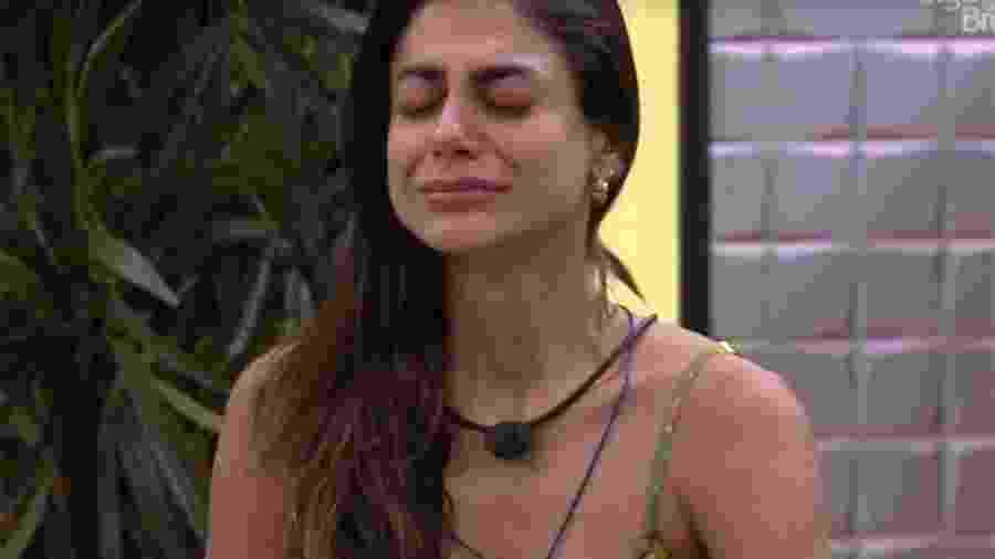 Mari chora após ganhar declaração da família - Reprodução/Globoplay