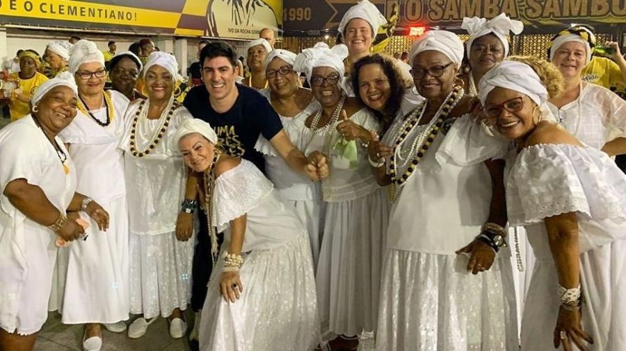 Humorista Marcelo Adnet posa ao lado das Baianas da São Clemente, escola para a qual escreveu a letra do samba - Reprodução / Instagram @marceloadnet0