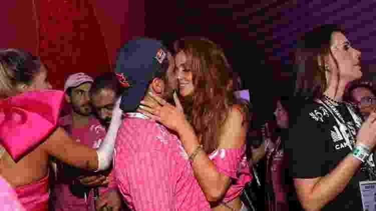 Após falar de término, Cintia Dicker e Pedro Scooby se beijam em camarote - Divulgação/Reginaldo Teixeira