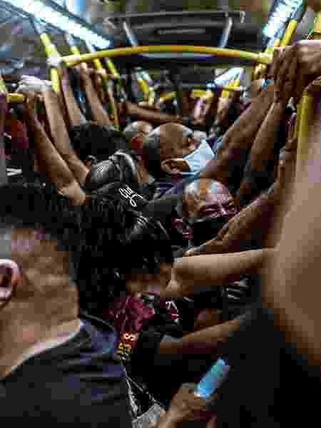 Foto tirada em BRT lotado na noite da reabertura do comércio no Rio de Janeiro - Yan Marcelo/@yanzitx