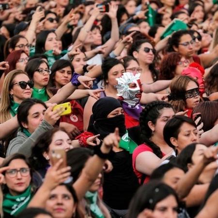 Chilenas foram às ruas em 2019; protestos contra desigualdade resultaram em nova Constituição para o país, a ser escrita por número igual de mulheres e homens - Javier Torres/Getty Images