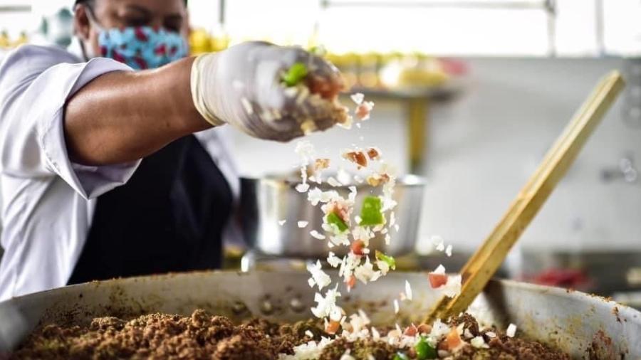 Preparo de comida da ONG Lá da Favelinha no Aglomerado da Serra, de Kdu dos Anjos, em Belo Horizonte - Divulgação