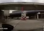 Vídeo flagra estrutura derrubada por caminhão caindo em cima de carro; veja (Foto: Reprodução/Reddit/IdiotsInCars)