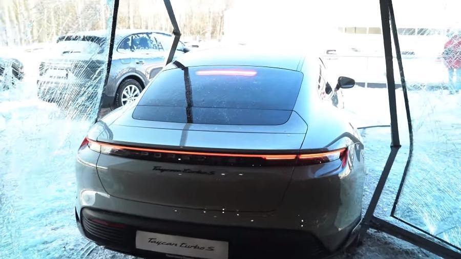 Youtuber destrói vidraça de concessionária da Porsche - Divulgação