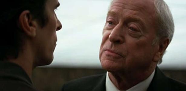 Ator de 'Batman'   Michael Caine cortou álcool aos 88 anos por causa de netos
