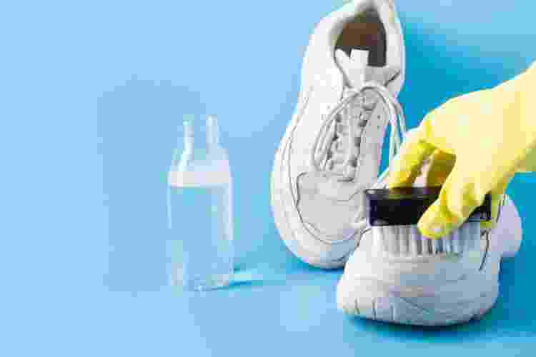 Hidratante corporal pode ser utlizado no pós-limpeza para fortalecer o couro do sapato - Getty Images - Getty Images
