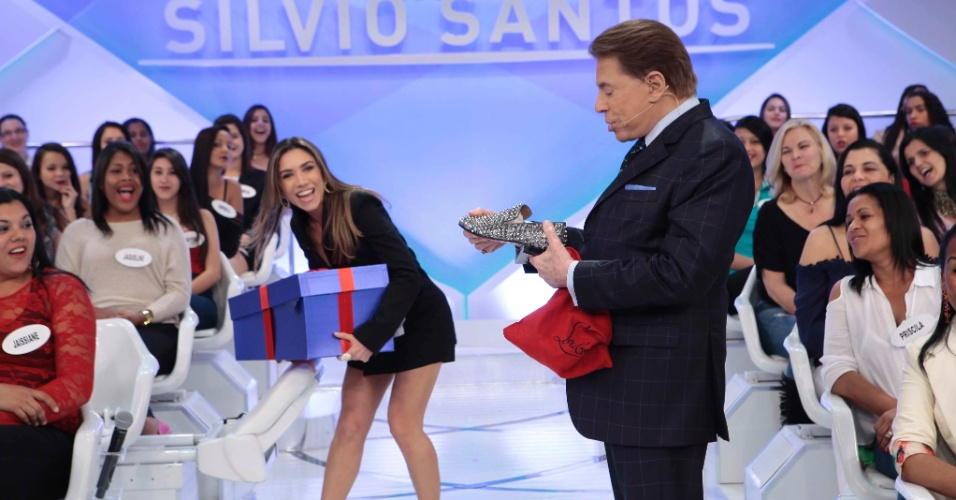 Patricia Abravanel entrega presente de Dia dos Pais a Silvio Santos