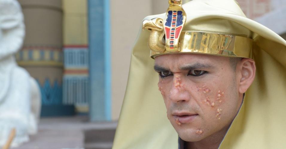 Ramsés aceita libertar o povo e volta atrás toda vez que percebe que cada praga diminui. Deus ordena que Moisés e Arão encham suas mãos de cinzas e joguem para os céus, transformando em úlceras por todo o Egito, incluindo o faraó, que começa a ter coceiras pelo corpo