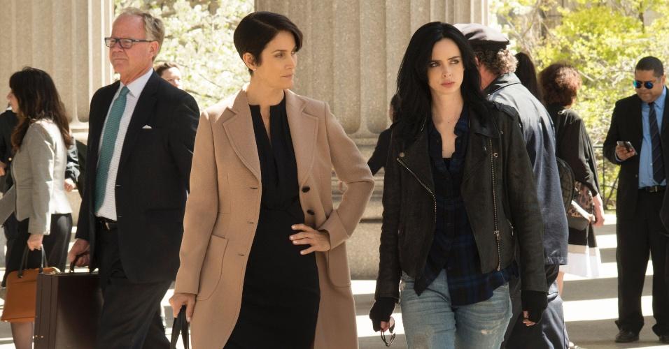 """Carrie-Anne Moss e Krysten Ritter em cena de """"Jessica Jones"""""""