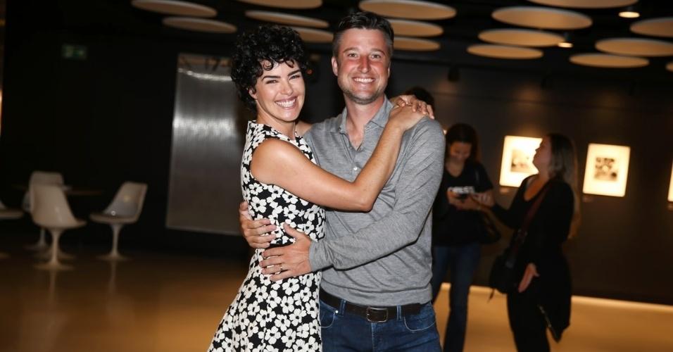 27.out.2015 - Henrique Pinheiro, marido de Ana Paula Arósio, acompanha a atriz na coletiva de imprensa de