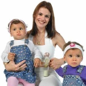 Flavia posa para campanha com as filhas, na época com um ano e meio - Arquivo pessoal