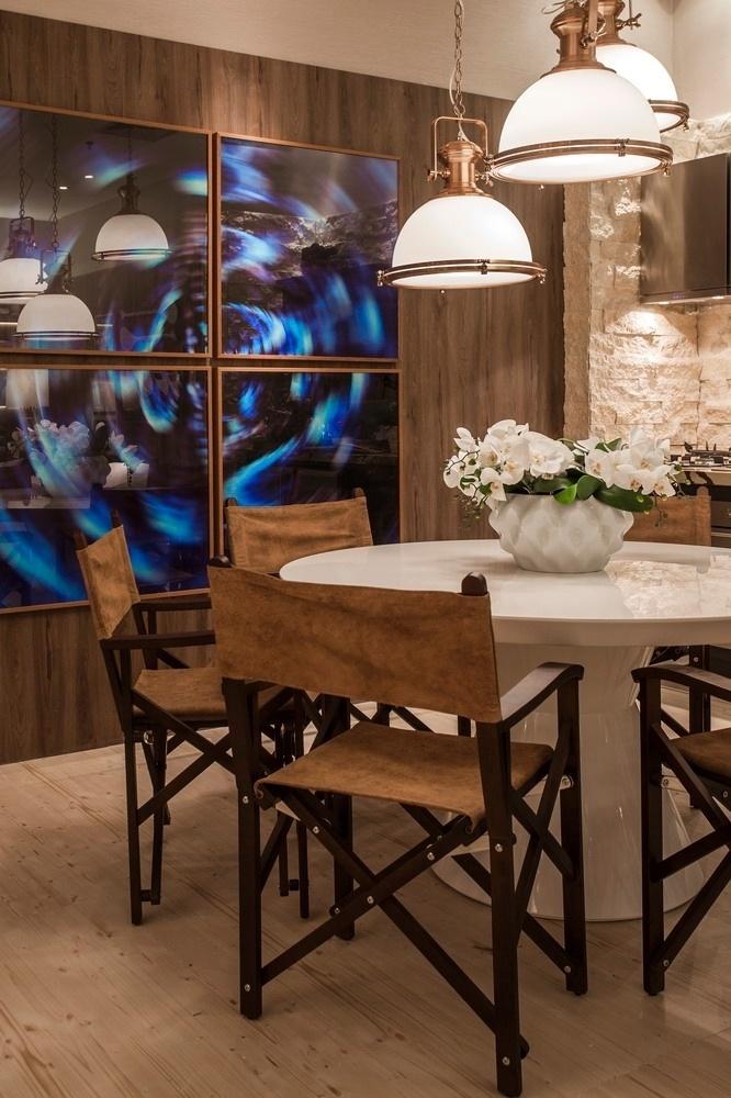 A arquiteta Vanessa Martins escolheu uma composição de fotografias para decorar a sala de jantar da Casa de Praia | O projeto está exposto na Casa Cor Pará (www.casacor.com.br) até 29 de novembro de 2015
