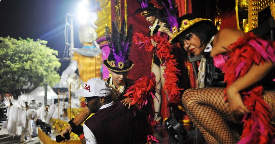 """6.fev.2016 - Membro da Nenê de Vila Matilde ajuda musas a descerem do carro """"Cabaret"""" após o desfile da Nenê de Vila Matilde"""