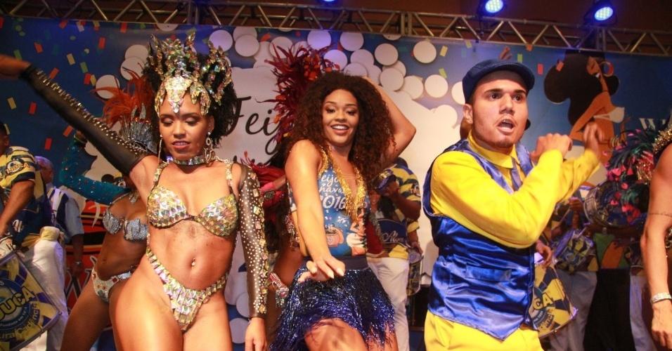 6.jan.2016 - Juliana Alves e integrantes da Unidos da Tijuca sambam durante feijoada em hotel no Rio de Janeiro