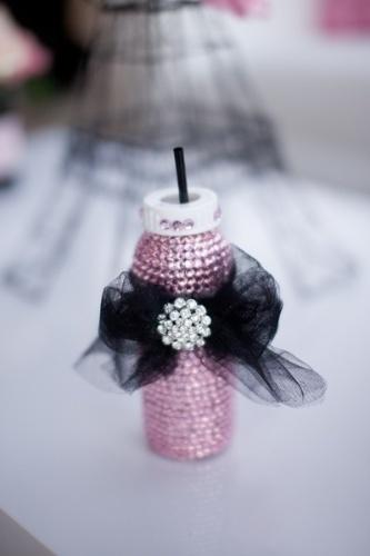 Todas as bebidas deste chá de bebê inspirado em Paris foram servidas em mamadeiras decoradas com pedrarias e tule nas cores da festa: branco, preto e rosa