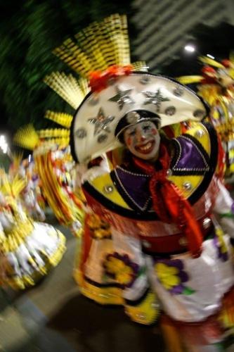 9.fev.2016 - Integrante se aquece na concentração do desfile da São Clemente