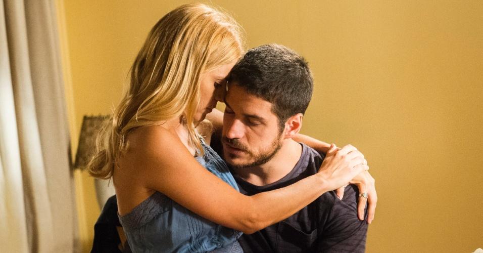 Dante (Marco Pigossi) se reencontra com Lara (Carolina Dieckmann) e ela conta que foi ameaçada por Gibson (José de Abreu) em