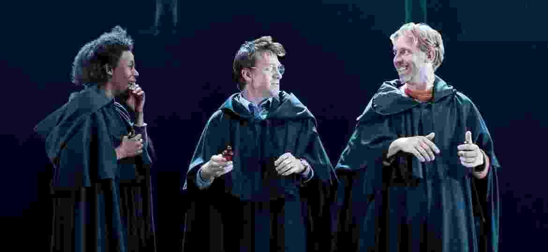 """Hermione Granger, Harry Potter e Rony Weasley agora são interpretados pelos atores Noma Dumezweni, Jamie Parker e Paul Thornley na peça """"Harry Potter e a Criança Amaldiçoada"""" - Divulgação"""