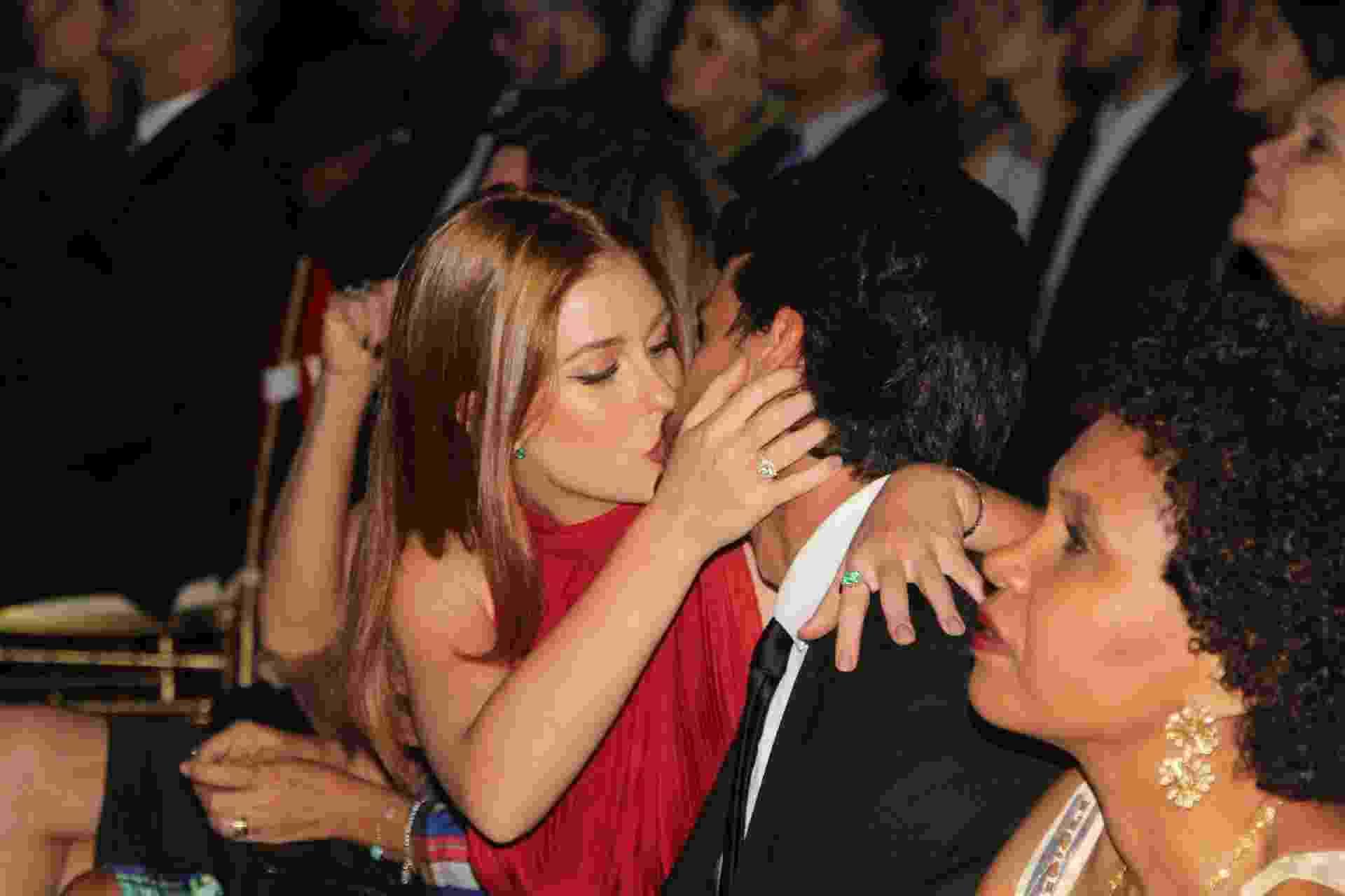 Marina Ruy Barbosa beija o namorado em premiação no Rio - Anderson Borde / Agnews