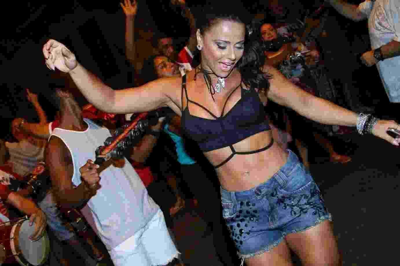 16.fev.2017 - Viviane Araújo guardou toda a sua energia para o ensaio de rua do Salgueiro desta quinta-feira (16), no Rio. A pouco mais de uma semana do Carnaval, vestindo shorts e top, a dançarina mostra que está com a barriga bem sequinha - Anderson Borde/AgNews