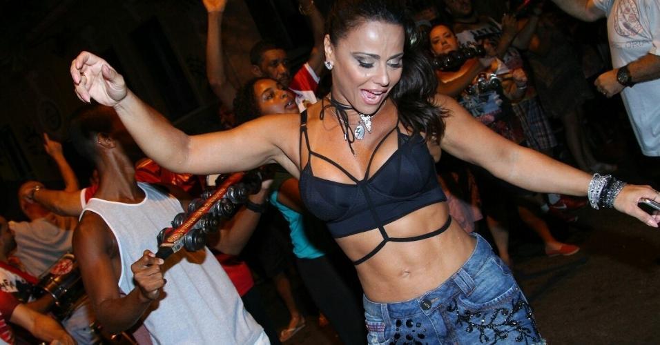 16.fev.2017 - Viviane Araújo guardou toda a sua energia para o ensaio de rua do Salgueiro desta quinta-feira (16), no Rio. A pouco mais de uma semana do Carnaval, vestindo shorts e top, a dançarina mostra que está com a barriga bem sequinha
