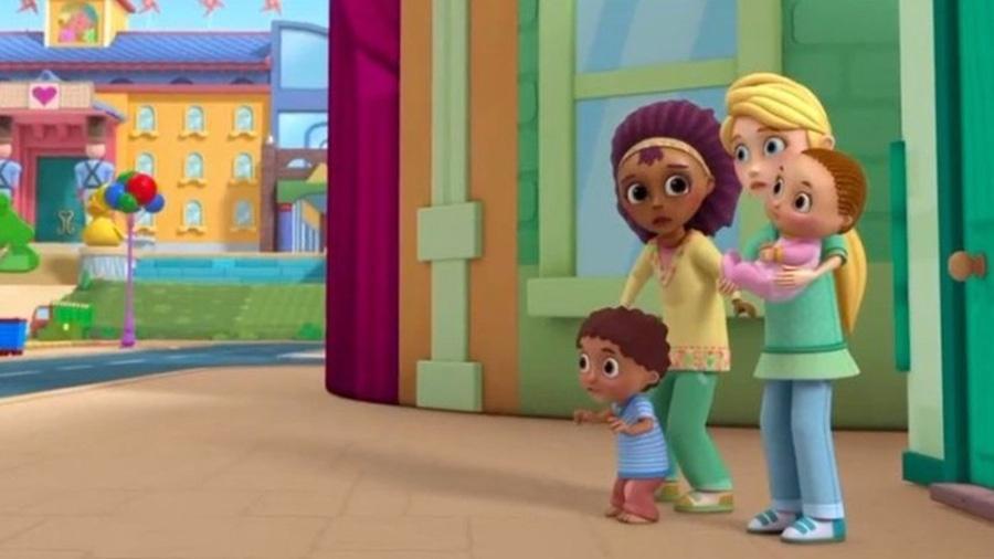 """Episódio de """"Doutora Brinquedos"""" apresentou  casal de lésbicas interraciais como pais - Reprodução"""
