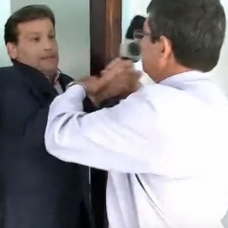 Homem arranca microfone de repórter da Record - Reprodução/RIC/TV Record
