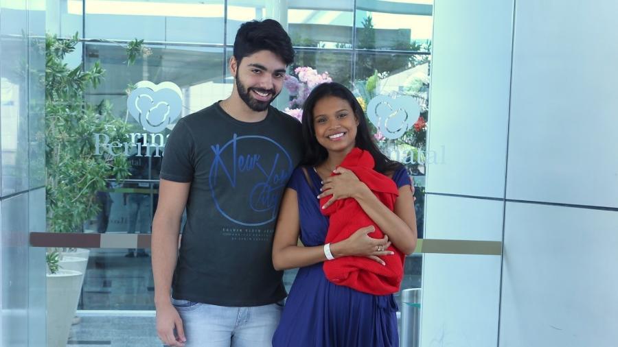Com o namorado, Rafael Cupello, Aline Dias deixa a maternidade com o filho, Bernardo  - AgNews