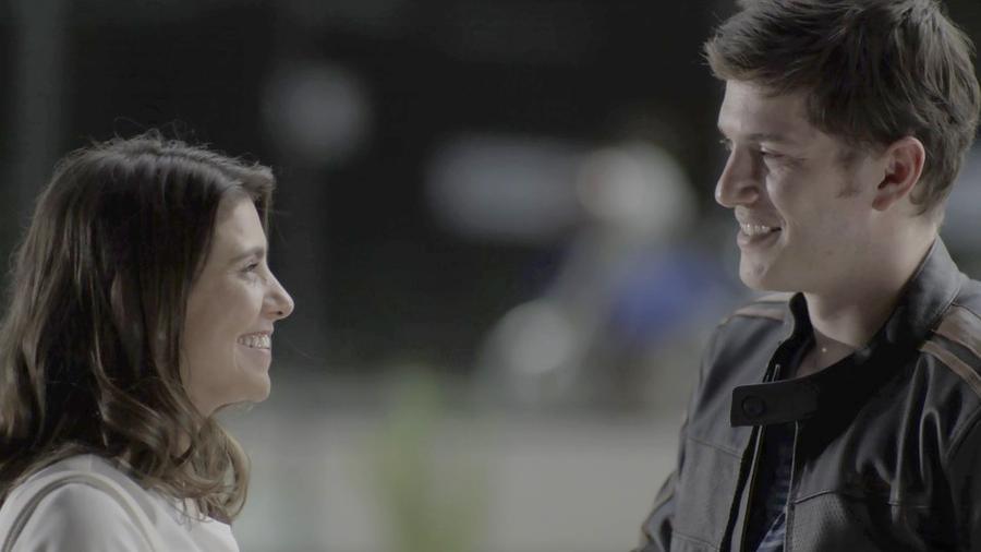 """Tônia (Patricia Elizardo) convida Bruno (Caio Paduan) para sair em """"O Outro Lado do Paraíso"""" - Reprodução/GShow"""