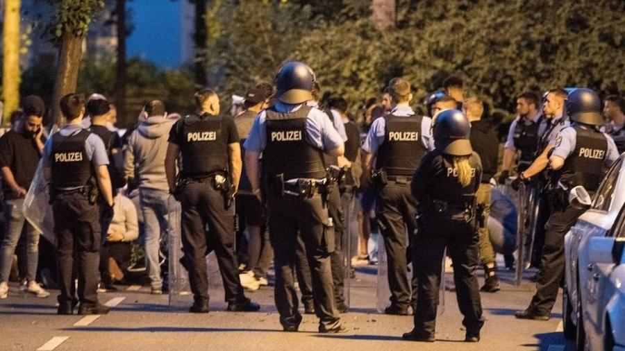 Policiais durante conflito no festival Schlossgrabenfest, na Alemanha - Jan Huebner/Imago