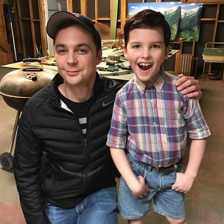 """Jim Parsons, o Sheldon de """"The Big Bang Theory"""", posa com Iain Armitage, que interpreta a versão criança do personagem em """"Young Sheldon"""" - Reprodução/Instagram"""