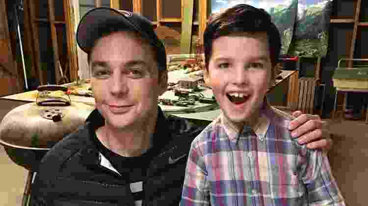 "Jim Parsons, o Sheldon de ""The Big Bang Theory"", posa com Iain Armitage, que interpreta a versão criança do personagem em ""Young Sheldon"" - Reprodução/Instagram - Reprodução/Instagram"