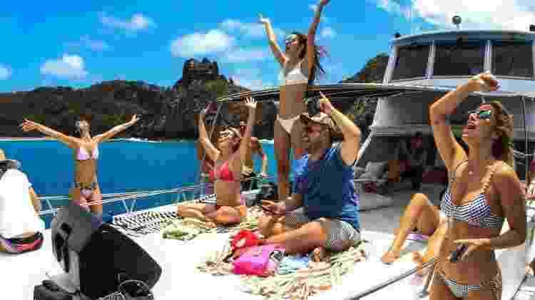 Marquezine (à esquerda),  curte passeio de barco em Noronha com amigos - Reprodução/Instagram - Reprodução/Instagram