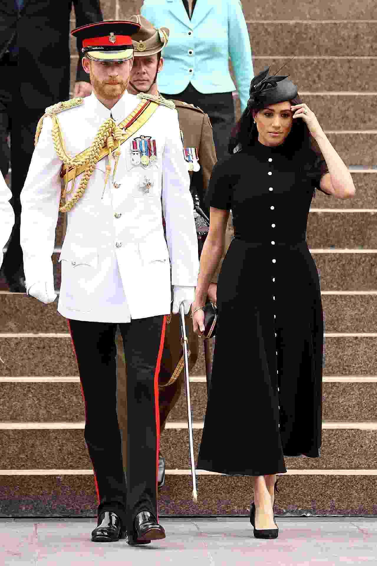 Mais uma vez usando um vestido da grife Emilia Wickstead, a duquesa escolheu um modelo cheio de botões (1,6 mil libras ou 7,6 mil reais)  e chapéu Philip Tracey para participar do ANZAC Memorial, em Sydney.  - Getty Images