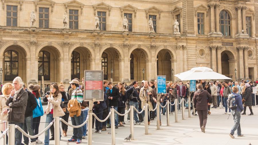 Fila de turistas para entrar no museu do Louvre, em Paris - Getty Images