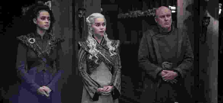 """Missandei (Nathalie Emmanuel), Daenerys (Emilia Clarke) e Varys (Conleith Hill) em cena do quarto episódio da oitava temporada de """"Game of Thrones"""" - Divulgação"""