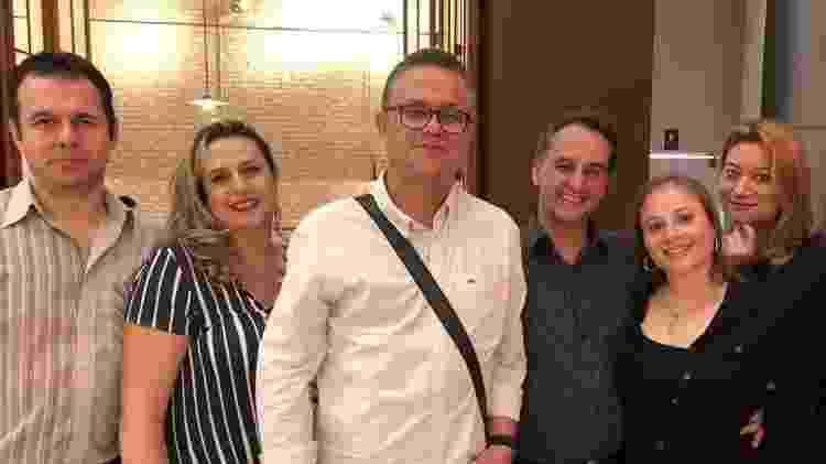 Grupo de bolsolteiros se encontra em bar e posa para foto - Paulo Sampaio/UOL