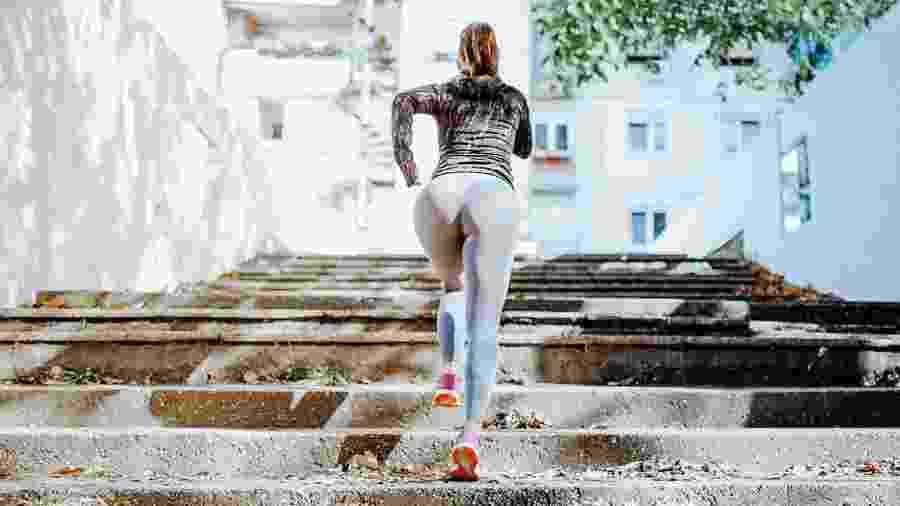 Correr na subida ou em degraus fortalece os músculos das coxas, das panturrilhas e dos glúteos - iStock