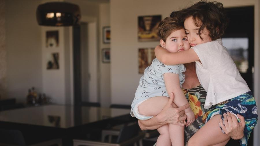Marcela segura os filhos Bruno e Luisa - Karoline Saadi