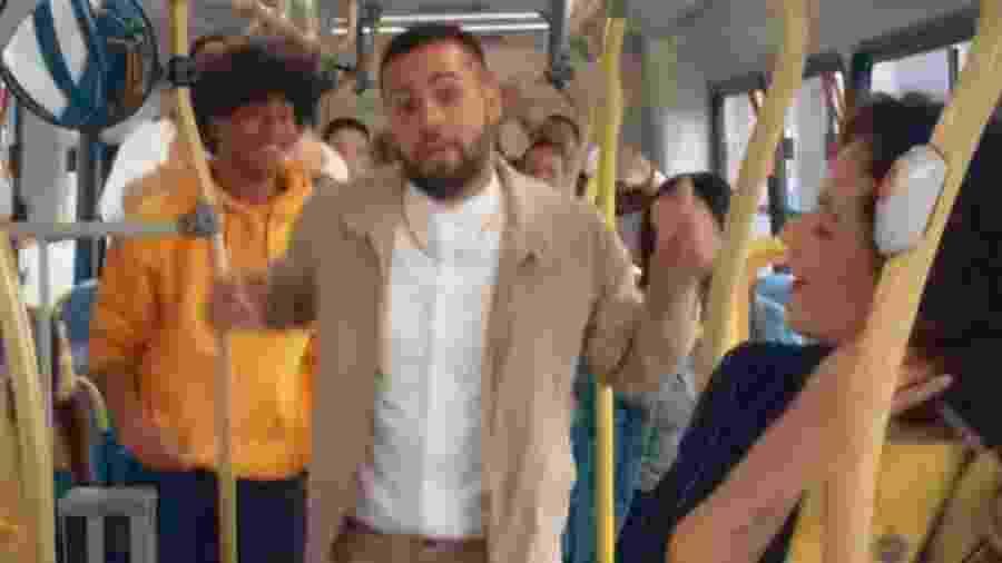 """Jerry Smith é criticado por clipe sobre """"reladinha"""" em ônibus - Reprodução/Youtube"""