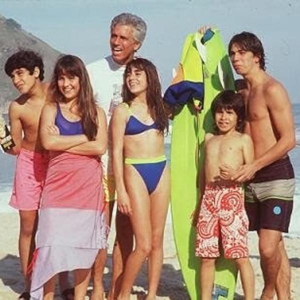 Gaspar Kundera com os filhos Ringo (Henrique Farias), Olívia (Gabriela Duarte), Jane Fonda (Carol Machado), John Lennon (Igor Lage) e Elvis Presley (Marcelo Faria)